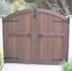 Magnificent Brown Color Convex Shape Wooden Gate And Combine With Black Color Tee Hinges Also Black Color Metal Gate Ring Latchs With Custom Wood Fence Gates Also Wood Driveway Gate Designs Awesome Outdoor Wood Gates Ideas: Exterior Deck Gate, Wooden Garden Gate, Wooden Gates, Driveway Gate, Timber Gates, Wooden Doors, Side Gates, Front Gates, Entrance Gates