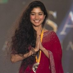 Image result for sai pallavi at behindwood goldmedal 2017