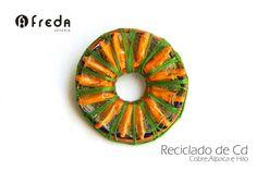Broche realizado con reciclado de cd, hilo, cobre y alpaca