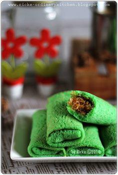 dadar hijo isi kelapa gula jawa ones my favorite dessert Dessert Recipes For Kids, Quick Easy Desserts, Kid Desserts, Easy Baking Recipes, Asian Desserts, Easy Cookie Recipes, Sweet Desserts, Snack Recipes, Indonesian Desserts