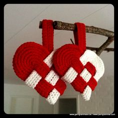 = tutorial = Scandinavian hearts by quilt artist Charlotte Warr Anderson Christmas Hearts, Christmas Makes, Christmas Mood, Crochet Christmas Decorations, Diy Christmas Ornaments, Holiday Crafts, Yarn Crafts, Diy And Crafts, Christmas Knitting