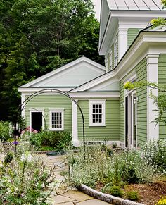 Trendy exterior paint colors for house green roof home ideas Green Exterior Paints, Exterior Paint Colors For House, Paint Colors For Home, Green Siding, Exterior House Paints, Exterior Stairs, Paint Colours, Siding Colors, Cottage Exterior
