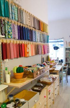 Pretty Fabric Storage: muymolon This is a cute way to store fabric. Easy an inxpensive too! Of course it wouldnt work for serious yardage, but we all have half yards and fat quarter multiplying daily dont we? OK, thats just me? Im OK with that. ;)