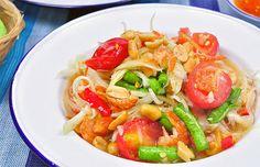 Een populair gerecht uit de Isaan: Som Tam smaakt ook heerlijk tijdens een zomerse dag in Nederland. Som Tam is een heerlijke pittige en frisse Papaja salade.