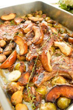 Chuletas de cerdo asadas con coles de Bruselas y manzanas