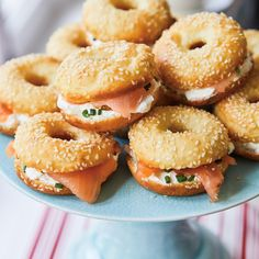 A must-have for your Christmas morning brunch bar? These mini bagels topped with cream cheese and smoked salmon, a tiny twist on the classic cream cheese and lox. Bagel Breakfast Sandwich, Bagel Bar, Mini Bagels Recipe, Gourmet Recipes, Appetizer Recipes, Smoked Salmon Bagel, Mini Sandwiches, Bread Machine Recipes, Bakery Cafe