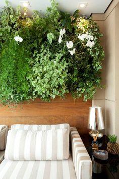 Quem disse que apenas grandes varandas podem ter um jardim vertical. Este foi feito pela Cali Paisagismo. Projeto de Beatriz Quinelato publicado em Casa e Jardim (Foto: Adriana Barbosa/Divulgação)