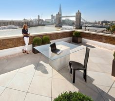 Stunning balcony with a great view of the Thames!