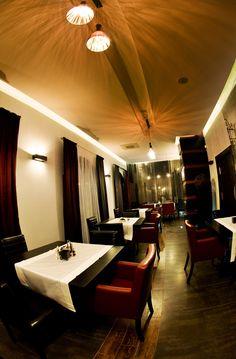 Kolejny przykład fotografii przedstawiającej wnętrze restauracji