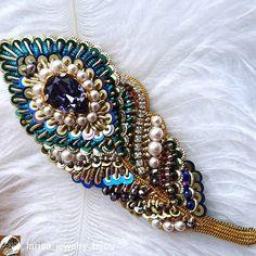 """@Regranned from @larisa_jewelry_bijou - Брошь """"Перышко желаний"""" лёгкое и невесомое, выполнено в технике объемной вышивки, размер 10*3,5 Продаётся 3500р. В работе использованы: кристалл Сваровски, жемчуг, канитель, итальянские и французские паетки, изнанка обработана натуральной кожей бронзового цвета #gold #embroidery #goldwork #cannetille #handmade #brooch #present #swarovski #crystals #pearls #бисер #брошь #ювелирнаявышива #ручнаяработа #канитель #сваровски #подарок #творчество #назаказ..."""