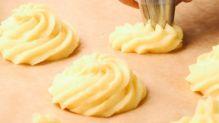 Ak chystáte jedlo k oslave výnimočnej udalosti, tak určite vyskúšajte tento najkrajší spôsob podávania zemiakovej kaše. Ak aj oslavu nechystáte, doprajte si radosť z úžasne vyzerajúceho jedla. Táto príloha zaručí, že sa aj bežný obed či večera premenia na malú slávnosť. Icing, Pineapple, Fruit, Desserts, Food, Tailgate Desserts, Deserts, Pine Apple, Essen