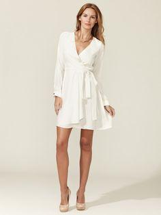 7/10 opciones en vestido blanco #mujeres #fashion #imagen @MercedesWRadio Alex + Alex Silk Charmeuse Wrap Dress