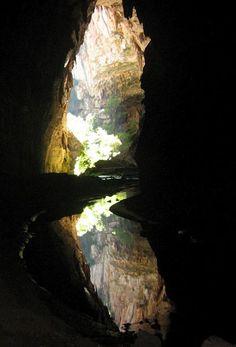 'A foto mostra a saída da Caverna do Janelão, no Parque Nacional Cavernas do Peruaçu, na margem esquerda do rio São Francisco. A caverna possui um dos maiores vãos do mundo, com mais de 100 metros de altura', -Eduardo Paim Viglio, de BH.