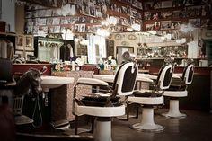 Seit 1904 ist der Herrenfriseur Antica Barbieria Colla eine Institution in Mailand. Wer etwas auf sich hält, lässt sich dort rasieren und frisieren. Die herrlichen Pflegeprodukte mit traumhaften Düften gibt es jetzt exklusiv in unserem Shop zu bestellen: http://www.tonsus.com/marken/antica-barbieria-colla