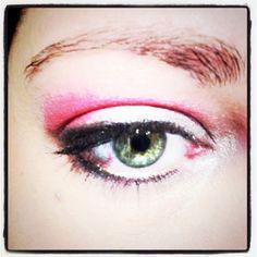 Colori accesi e eyeliner nero per definire l'occhio, il trucco perfetto per questa estate