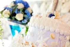 Sposarsi all'isola d'Elba - Getting married in Elba - Allestimento chic e d'effetto per il tavolo della torta e della confettata  Foto Brizzi #wedding #luxury #elba #weddinginspiration #weddingideas #creativeweddings #elegantweddings #elegantstyle #elbaweddingstyle #weddingelbastyle #tuscany #weddingsintuscany