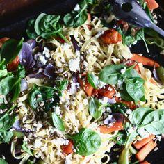 Pastaplåt med ugnsrostade grönsaker Pasta Salad, Cobb Salad, Ethnic Recipes, Food, Crab Pasta Salad, Essen, Meals, Yemek, Eten