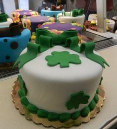 St. Patrick's Day cakes! Baking Cupcakes, Fun Cupcakes, Cupcake Cakes, Irish Cake, St Patricks Day Cakes, St Patrick's Day Cookies, Carlos Bakery, St Patrick Day Treats, Spring Treats