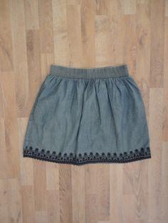 Pollera de denim con bordado inferior y elastico en la cintura #zara #ModaSustentable. Compra esta prenda en www.saveweb.com.ar!