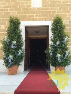 Esterno chiesa con Eugenie e tappeto rosso. #white #wedding #flower #bianco #matrimonio #fiori