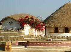"""Estos son Bhunga (casas circulares) de la etnia Halepotra y de los Meghwals en Hodka, Gujarat, India. Los gruesos muros que mantienen el interior fresco durante los tórridos veranos se construyen a partir """"Maati"""" (arcilla), y el techo es una cubierta vegetal. Más en www.naturalhomes.org/es/homes/hodka.htm"""