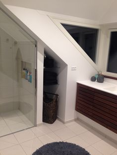 En kvist på taget løste vores pladsproblemer på badeværelset med skråvæg