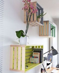 Kisten u palletten Möbel. I love the idea of painting the inside of these wood pallets to use as shelves. Wood Crate Shelves, Crate Bookshelf, Wood Crates, Wood Shelf, Bookshelf Ideas, Hanging Bookshelves, Pallet Wall Shelves, Rustic Shelves, Open Shelves