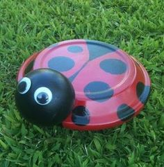Terra Cotta Ladybug: Take a 6 Terra Cotta Saucer and coat the top of the saucer with Deco Arts Red Patio Paint and the underside with Black. Let paint dry. Flower Pot Art, Clay Flower Pots, Flower Pot Crafts, Clay Pot Projects, Clay Pot Crafts, Diy Clay, Flower Pot People, Clay Pot People, Painted Clay Pots
