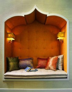 Seat in nook with burnt orange upholstered walls & Moorish arch Decoración árabe