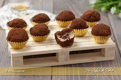 tartufini-tiramisu-con-il-cuore-nutella-ricetta Italian Cookie Recipes, Italian Cookies, Small Desserts, Mini Desserts, Confort Food, Torte Cake, Party Finger Foods, Sweets Cake, Almond Cakes
