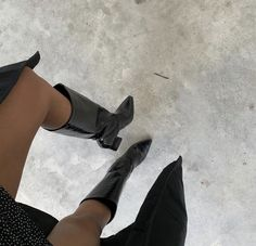 34 All Black Street Style Outfits - How to style black outfits Heeled Boots, Shoe Boots, Street Style Shoes, Fashion Shoes, Fashion Outfits, Paris Fashion, Women's Fashion, Popular Shoes, Ootd