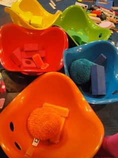 Fill the Bilibos with other toys and objects of the same color. Perfect for color matching, color recognition and hand-eye coordination. #bilibo #sensory #color www.bilibo.com