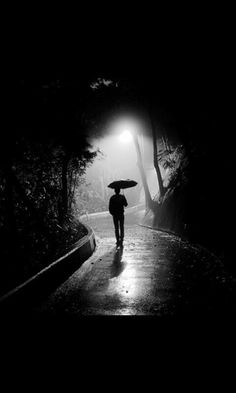 Alone Photography, Emotional Photography, Shadow Photography, Street Photography, Graphic Wallpaper, Black Wallpaper, Black White Photos, Black And White Photography, Night Sky Photos