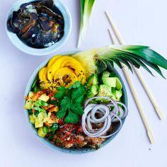 Marinerad tonfisk, ananassallad, mango och ris – välkommen till Hawaii! Poké betyder att skära i bitar på hawaiianska. Rätten kom till när fiskbitar från gårdagens fångst smaksattes i en marinad. Gott och nyttigt! Chips gjorda på blå congopotatisar är gott till denna variant.
