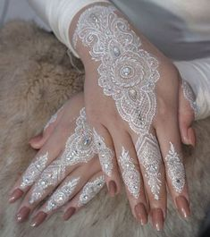 Latest White Henna Designs Tattoo Trends Collection include how to apply white henna, fancy patterns, easy simple henna styles, for dark skin etc Henna Tattoo Designs, Mehndi Designs, Bridal Henna Designs, Henna Designs Easy, Tattoo Designs For Women, Unique Henna, Simple Henna, White Henna Tattoo, Henna Tattoos