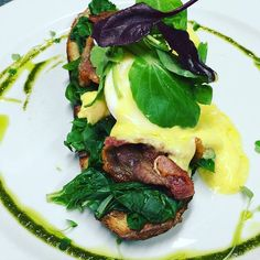 Fridays are the perfect day to treat yourself to some yummy breakfast & you live in a beautiful city @capetown @capetownfood #baconbenedict