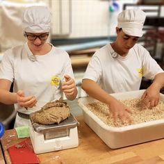 """Vollkornbrot & Frauenpower! ❤️ Marina und Aziza bereiten das #Vollkornbrot zum Backen vor. Nach dem Formen wird unser ballaststoffreichstes Brot in #Nackthafer 🌾 vom Biohof der Familie Sternath gewälzt. Darin ist der vollständige #Keimling - inklusive aller Vitamine, Fette und Mineralstoffe enthalten. Das xunde Tüpfelchen auf dem """"i"""". 😉 Ma guat!  #volleskorn, #regional, #backhandwerk, #meisterbäcker, #bäckermeister, #brothandwerker, #brotsommelier, #bäckvomsee, #wienerroither, #maguat Regional, Food, Fat, Brown Bread, Woman Power, Side Dishes, Essen, Meals, Yemek"""