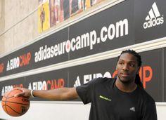 Referência Análoga/Projeto (Nível de Relevância: 2) Kanneth Faried, jogador da NBA em workshop com os atletas da Euro Camp 2012.