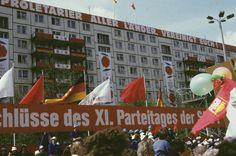 DDR. Berlin-Mitte, Karl-Marx-Allee. Demonstration zum Ersten Mai, 1987 | Gerd Danigel