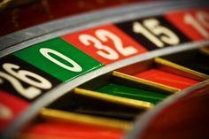 In der heutigen Zeit sind Meldungen rund um das Thema Krise der Spielbanken keine besonderheiten mehr. Viele der Deutschen Spielbanken kämpfen einen schweren Kampf um die eigene Existenz. Angestellte werden gekündigt und immer mehr Spieler spielen heutzutage lieber im Internet, als dass sie den Weg ins Casino tatsächlich auf sich nehmen.