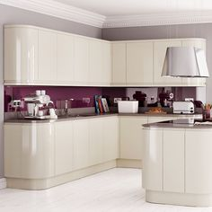 High gloss kitchen cabinets - models are designed through different furniture and decoration companies are launched. High Gloss Kitchen Cabinets, Glossy Kitchen, White Gloss Kitchen, Kitchen Units, Kitchen Cabinet Doors, Kitchen Cabinet Design, Cupboard Doors, Cream Gloss Kitchen Decor, Basic Kitchen