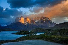 Luz do amanhecer na Cuernos del Paine no Parque Nacional Torres Del Paine do Chile. <br>