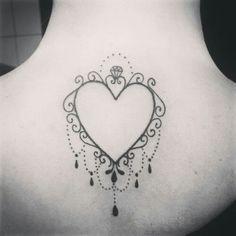 Tatuagem de coração nas costas maravilhosa! Inspiração para quem pretende fazer Tatuagem.