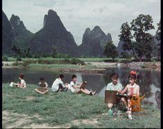 Chen Zeren. Les enfants peintre de Lijiang, 1979.   Wang Yani, la plus jeune, est une virtuose de la peinture des singes. Axi peint des chats, les autres enfants excellent dans les peintures de poissons rouges, de crevettes, de moineaux, de bambous ainsi que de paysages. Le film met en exergue l'entrain juvénile des artistes en herbe.