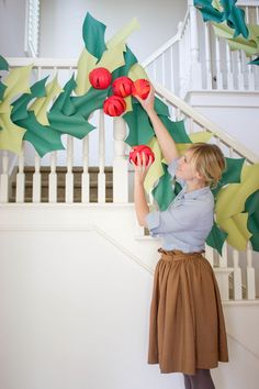 Oversized holly and berry paper garland by @HouseLarsBuilt | DIY Christmas Decor