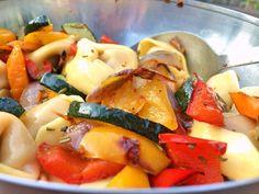 Ein superleckerer Salat, der auch warm als Nudelgericht schmeckt :-). Das Gemüse kann nach Geschmack angepasst werden. Ich würde allerdings auf Tomate