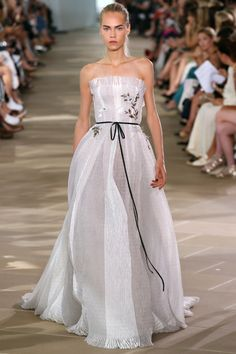 Monique Lhuillier Spring 2017 Ready-to-Wear Fashion Show  - i see this on a bride whose very into boho vibe!