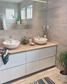 is not only available in large formats: this variant ensures a good . - Fliesen in Holzoptik - Badezimmer House Bathroom, Bathroom Inspiration, Bathroom Interior, Bathroom Furniture, Bathroom Makeover, Small Bathroom, Upstairs Bathrooms, Bathroom Decor, Condo Bathroom
