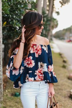 Summer Fashion What to Wear With White Jeans - Off-the-shoulder floral print top _ white skinny jeans—date night! 30 Outfits, Stylish Outfits, Spring Outfits, Cute Outfits, Fashion Outfits, Womens Fashion, Ladies Fashion, Work Outfits, Off The Shoulder Top Outfit