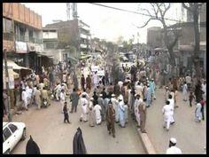 پشاور میں لوگ بجلی کی طویل لوڈشیڈنگ سے تنگ آکر سڑکوں پر نکل آئے اور احتجاج کیا، شہریوں کا کہنا ہے کہ شہری علاقوں میں چار گھنٹے تک بجلی کی لوڈ شیڈنگ جاری ہے، جب کہ دیہی علاقوں میں دورانیہ پندرہ گھنٹے تک پہنچ گیا ہے۔